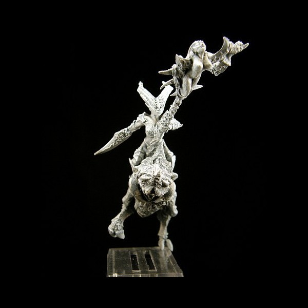 Jägerin auf dämonischem Pferd Standartenträger